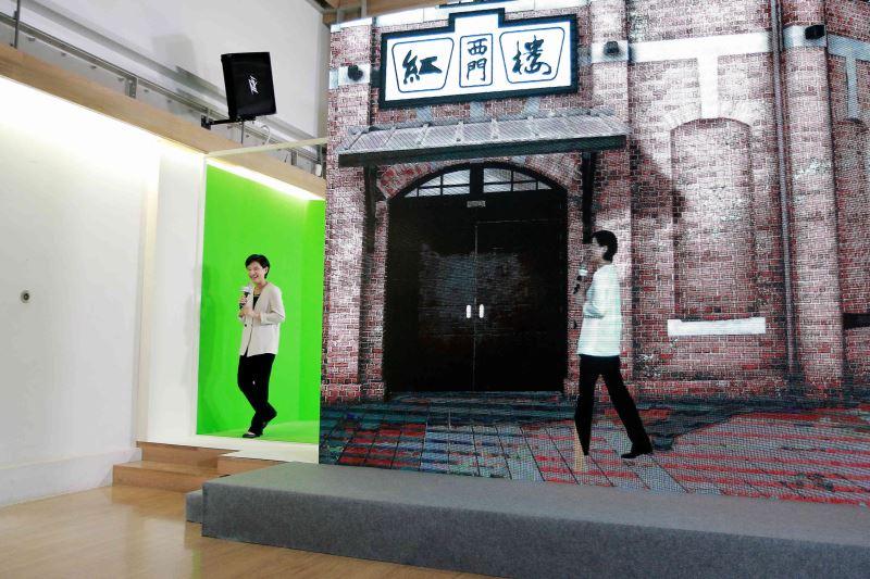 透過虛實整合,文化部長鄭麗君從數位模型「西門紅樓」裡走出到臺灣數位模型庫記者會上。