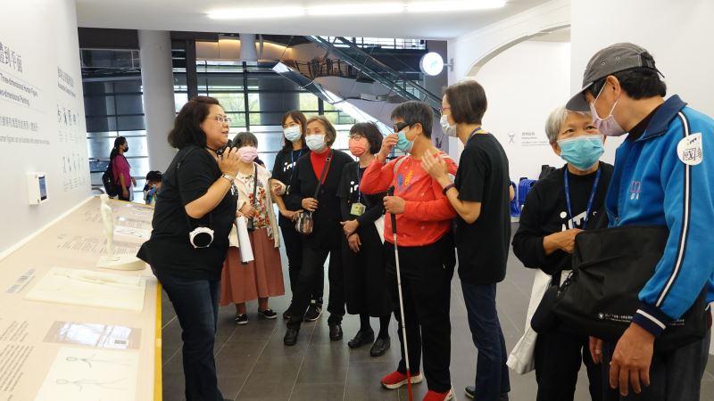 活動由一對一的志工陪同參與。
