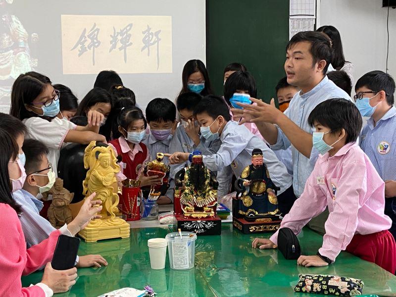 04-粧佛工藝陳宗蔚老師將神像帶進教室,讓學生近距離觀察神像的細膩雕刻與精美彩繪。