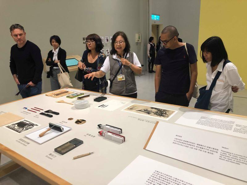 導覽員正在解說油畫創作材料的展示