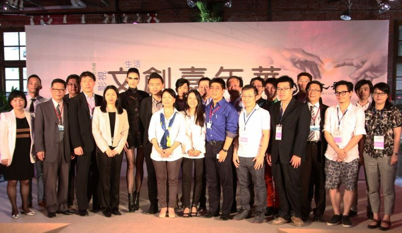 Culture Minister Lung Ying-tai (center, with blue scarf) poses with contestants of the 2013 Angel's Draft.