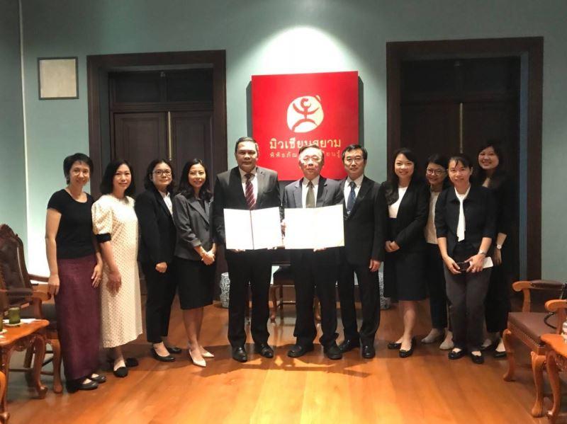 3簽約儀式在駐泰文化組陪同見證下,由國立臺灣博物館館長洪世佑與泰國國立暹羅博物館館長Mr. Rames Promyen共同簽署