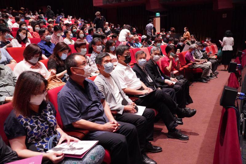 文化部長李永得於臺灣戲曲中心大表演廳欣賞榮興客家採茶劇團《一夜新娘一世妻》演出