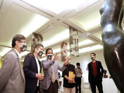 雕塑家蒲浩明(左1)、蒲添生雕塑紀念館館長蒲浩志(左3)為文化部長李永得(左2)導覽蒲添生雕塑作品。