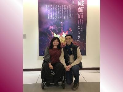 Director-general of National Dr. Sun Yat-sen Memorial Hall, Wang Lan-sheng, took a photo with the artist, Lu Chiung-hui.