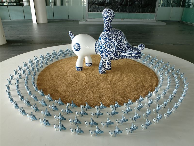 HUNG Yi〈Blue and White Dog〉2008 Mixed media 120×155×54 cm