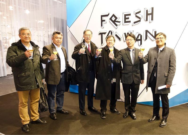 貴賓蒞臨Fresh Taiwan臺灣館開幕酒會(由左至右:駐法蘭克福辦事處經濟組黃青雲組長、華航德國分公司華德麟總經理、駐法蘭克福辦事處陳執中處長、台灣駐德代表謝志偉大使、台灣創意設計中心洪明正組長、杜塞道夫台灣貿易中心周秀隆主任)