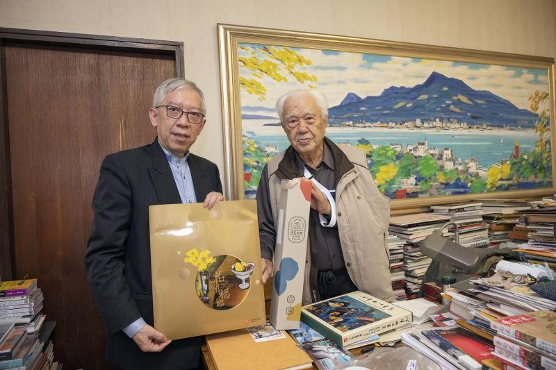 國美館館長梁永斐(左)與藝術家何肇衢先生(右)互相致贈禮物並洽談今年度何肇衢個展辦理。