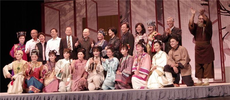 《劉姥姥》演出廣受好評,河南省文化廳長楊麗萍上台與臺灣豫劇團演員合影。