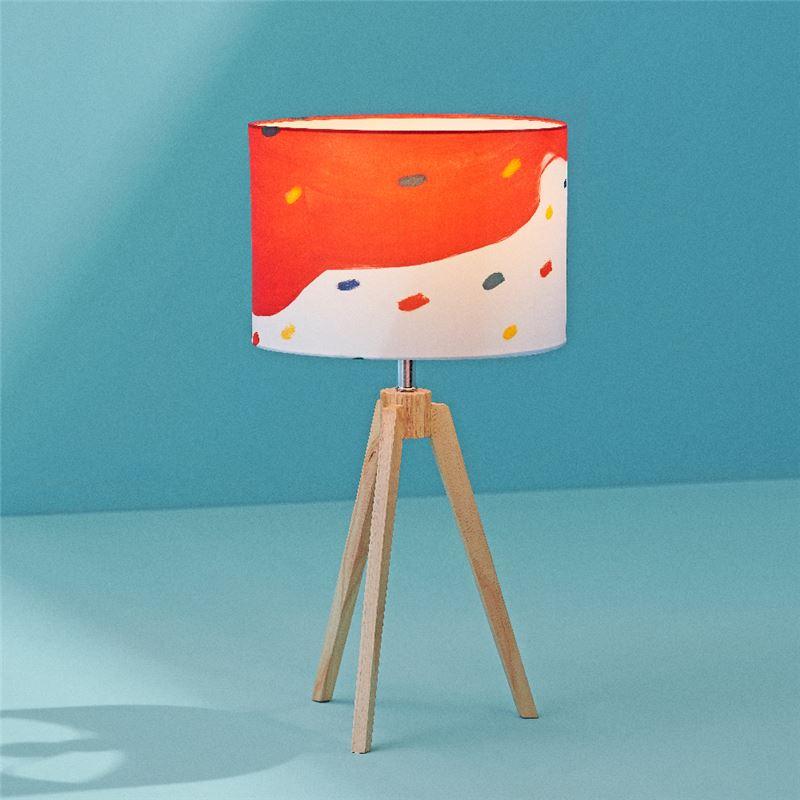光彩斑斕桌燈 $3,300 綢布燈罩括散燈泡光源,讓原畫作肌理散發出來,飄浮的色塊艷麗卻柔美,輕鬆安置於居家空間,增添日常禪意趣味。