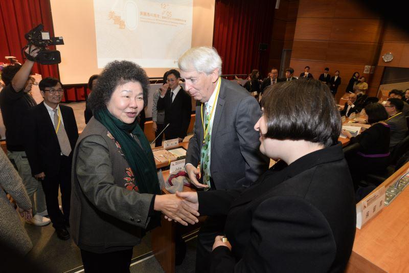 總統府秘書長陳菊與國際特赦組織Klaus Walter夫婦致意