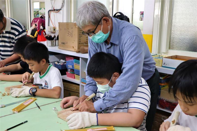 03-吳適為老師指導學生使用雕刻刀。