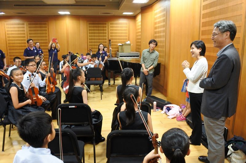 Hsin-Kang Elementary String Orchestra practices before the concert.