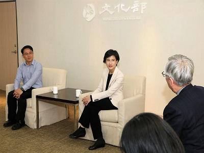 左起書法類得獎者吳啟林、文化部鄭麗君部長、國父紀念館梁永斐館長