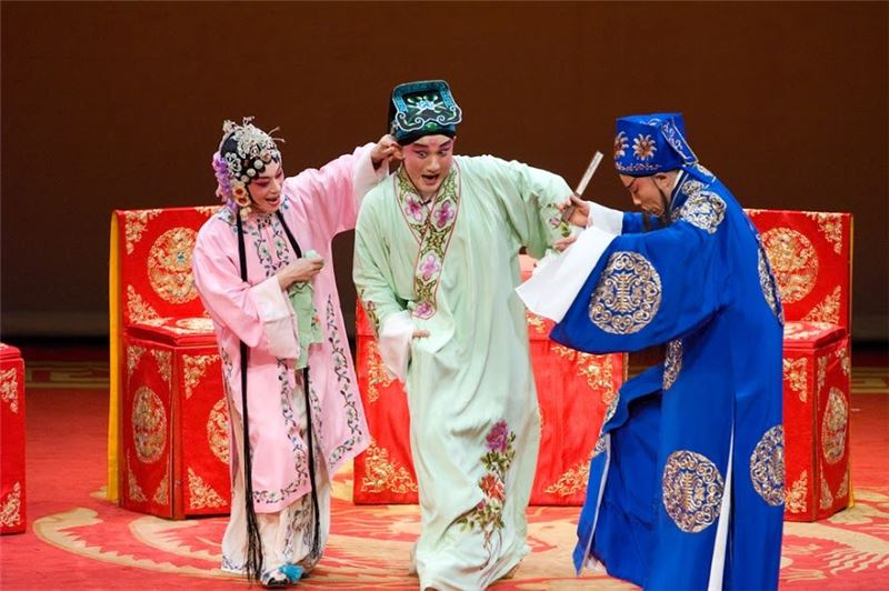 "A scene from "" Six Legends of Lanting --Faces of Variety in Kun Sheng Performing Art"" (2008). (Wen Yu-hang as Chen Ji-chang, Zhu An-li as Ms. Liu, and Zhou Ci-ai as Su Dong-po)"