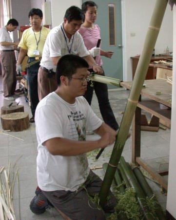 02雙手握住刮刀柄,於伸手能及的適當範圍內,由上而下、由右移左,徐徐將竹表皮薄薄刮除