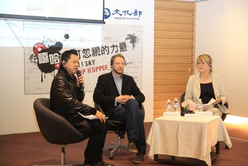 From left to right: Taiwanese musician Yuan Yong-sing, Axel Zielke, art director of the Hip-Hop Academy Hamburg, and Dorte Inselmann, executive director of the Kultur Palast Hamburg.