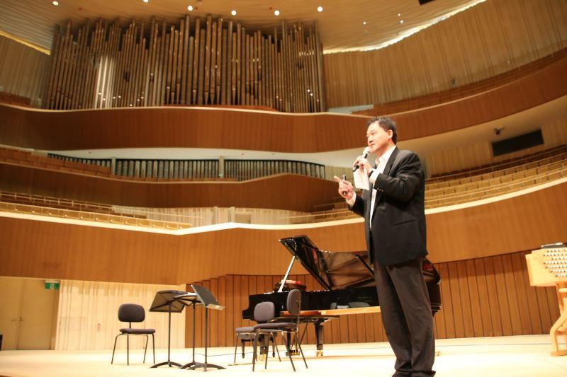管風琴家劉信宏介紹於衛武營音樂廳內,目前全亞洲最大的音樂廳演奏用管風琴。