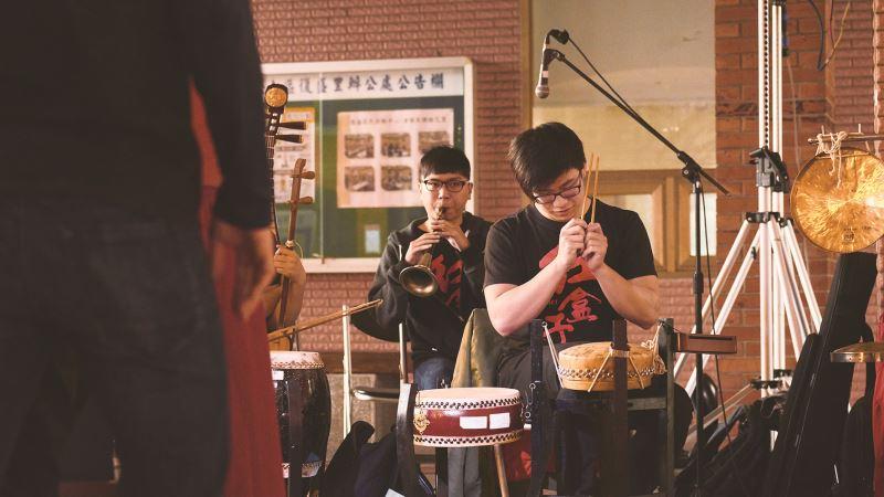 後場樂團現場配樂。