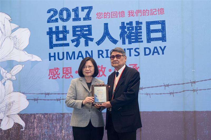 總統頒發文物捐贈感謝狀予受難者前輩郭振純先生