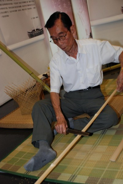 Huang's Japanese-based technique requires sitting down to free up both hands and feet.