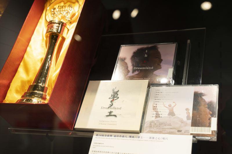 《聽見影像.看見史擷詠》史擷詠逝世十週年紀念特展展場-史擷詠得獎作品及獎盃