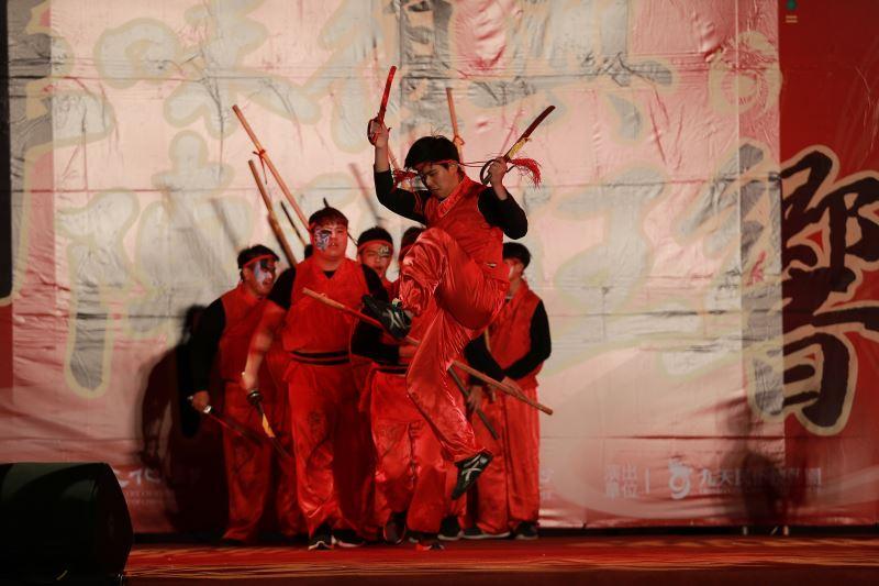「台灣振宗藝術團」以創意宋江陣開場,演員扎實的馬步和弓步舞動兵器