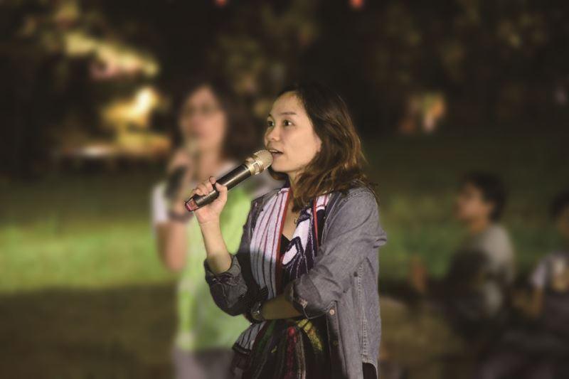 呂恩萍在金枝演社《祭特洛伊》中工作之側拍。