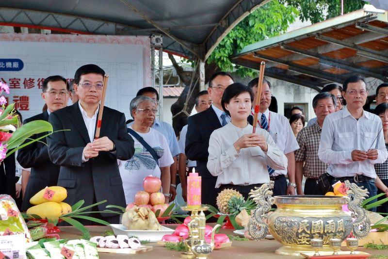 開工典禮舉行敬天祝禱上香儀式,文化部長鄭麗君(右)、交通部次長王國材(左)與貴賓共同祈求平安順利1