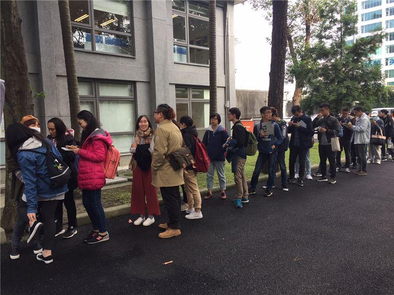 預先報名活動的青年學子排隊等待進入參加跨世代對談活動