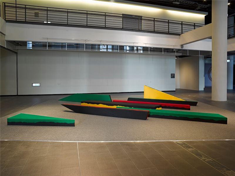 賴純純〈所有的可能性包括在可能裡〉1985 保麗龍、黑沙、木板、壓克力顏料 360×270×20 cm