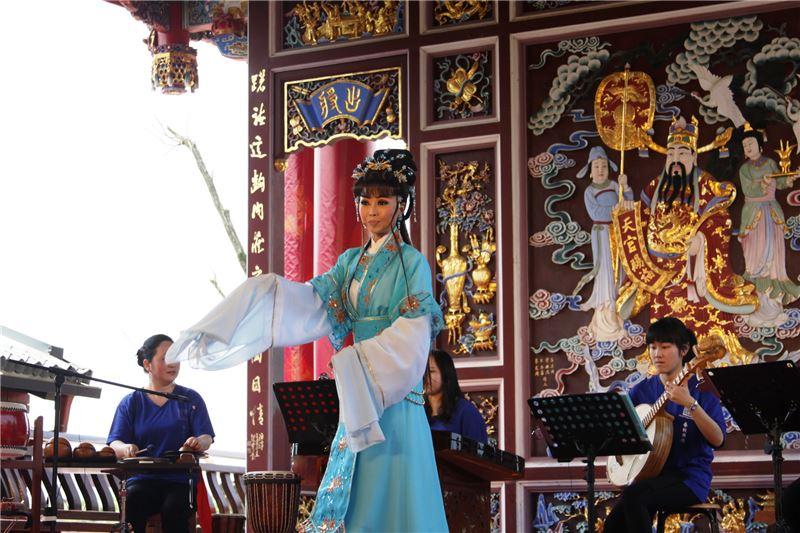 宜蘭在地表演團隊-春秋表演藝術坊演出多首動聽的臺灣民間歌謠及經典歌仔曲調演唱。(小)
