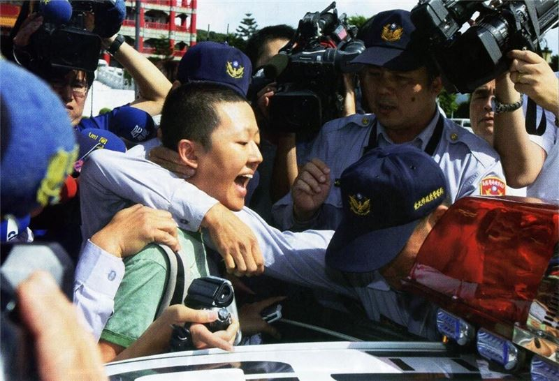 Civil Disobedience documented the clash between the police and the people during the civil unrest that followed the controversial cross-strait negotiations that took place in 2008. It discusses the issues derived from the clash, including the loss of protection for human rights, inappropriate enforcement of powers by public authorities, and the amendment of the Assembly and Parade Act. CHEN personally participated in the events, and recorded the face-to-face confrontation with the police. The documentary brought to light the imperfection of social systems through the clash between government and people, arguing the rationale of the civil disobedience movement.CHEN pointed out the blind spot in the system when the public authorities violate the laws.
