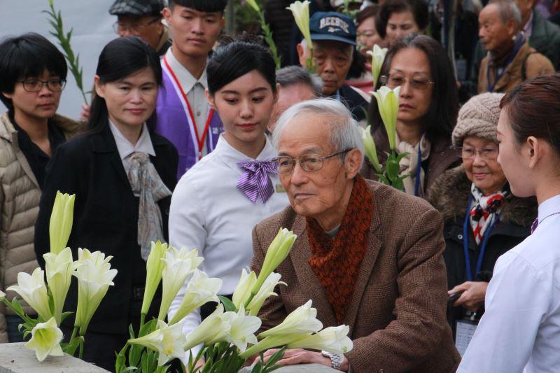 圖6__50年代白色恐怖新竹中學案政治受難者周賢農於紀念碑前獻花悼念難友們。