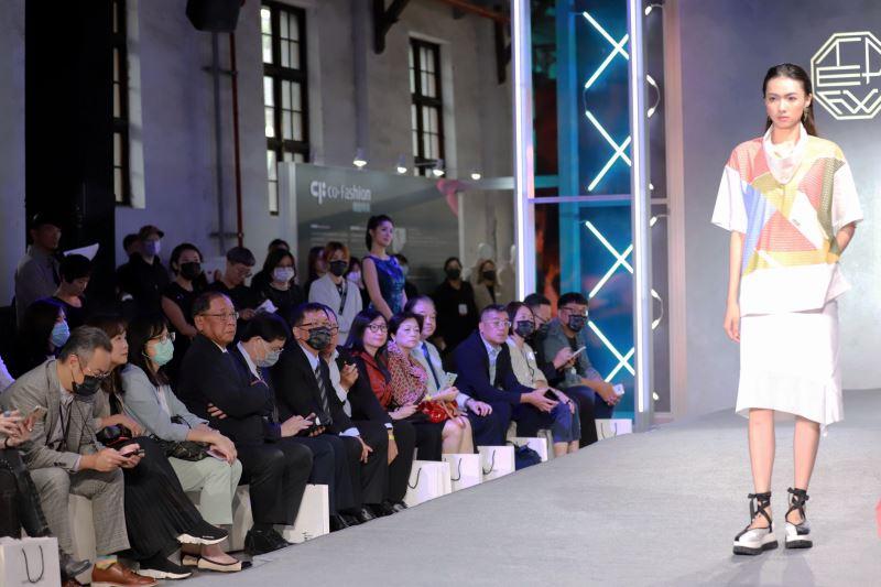 文化部次長李連權、經濟部次長林全能等貴賓欣賞「co-Fashion機能時尚動態秀展演」