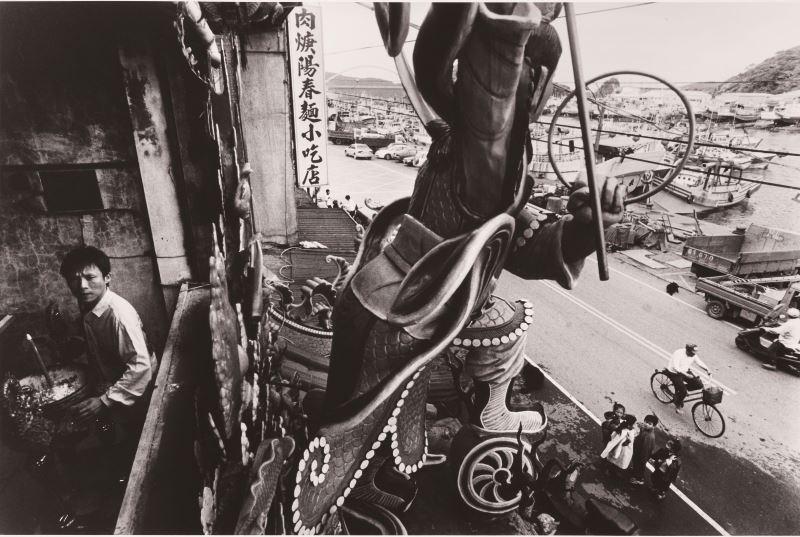 沈昭良,《映像南方澳》系列:4,2000,明膠銀鹽相片,_44.5_×_56_cm,國立臺灣美術館典藏。