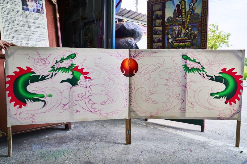 戲台大多是對稱構圖,因此使用炭筆作畫可以將圖畫轉印至另一張畫布,形成對稱圖案。