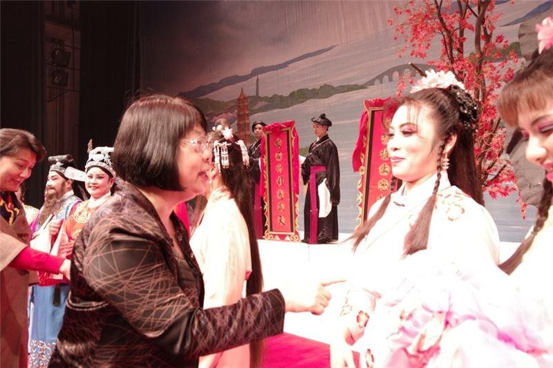 傳藝中心主任方芷絮,專程趕赴洛陽,為臺灣豫劇團打氣。