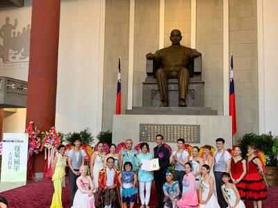 Director-general Wang Lan-sheng gave the certificate of appreciation to the director Yan Cui-zhen.