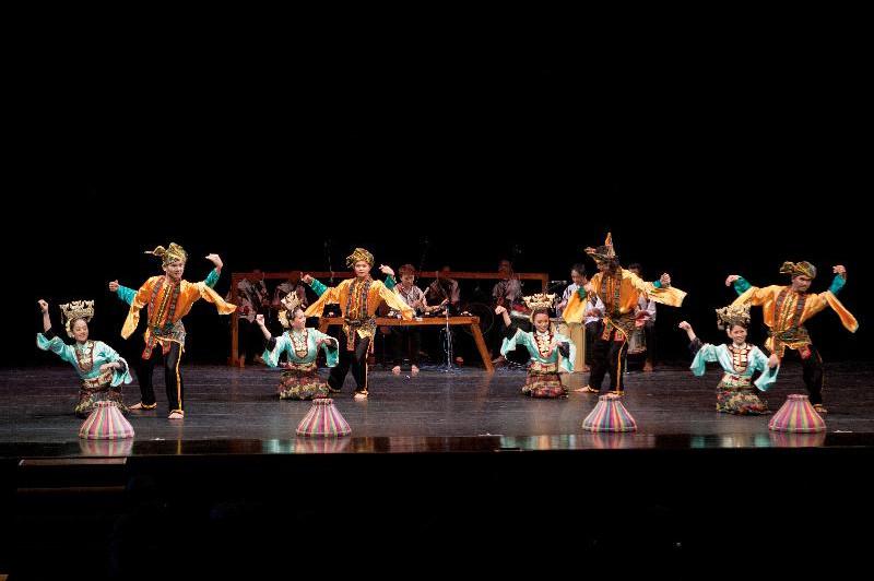 成對的舞者配合輕快節奏展現靈巧的手足舞韻─馬來西亞沙巴樂舞團