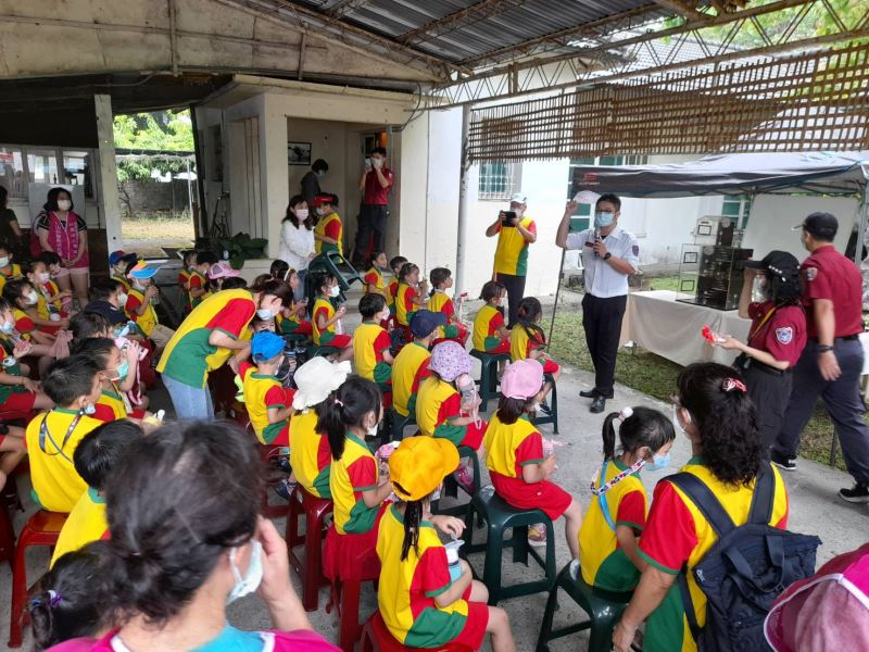 消防局人員教導幼兒園學童了解文化資產消防知識,以進行文化資產防災教育向下紮根