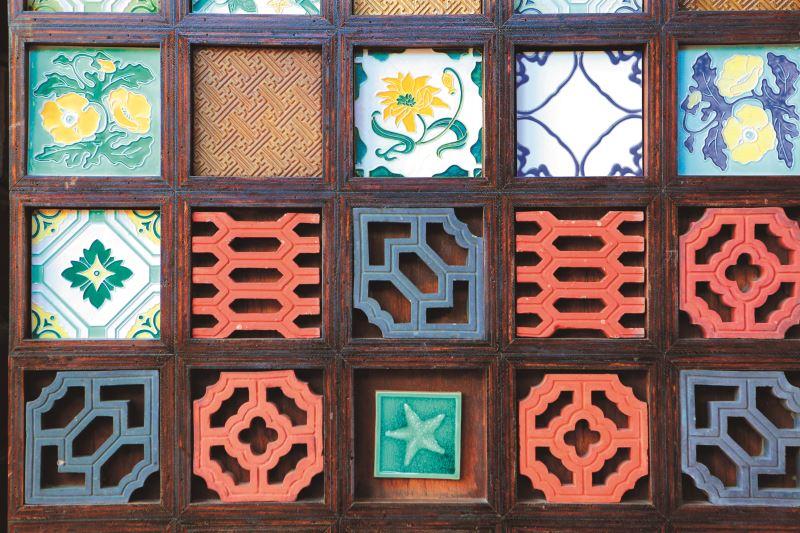 磚雕工藝近幾年來深受歡迎,三和瓦廠也發展出許多花磚及磚雕品。