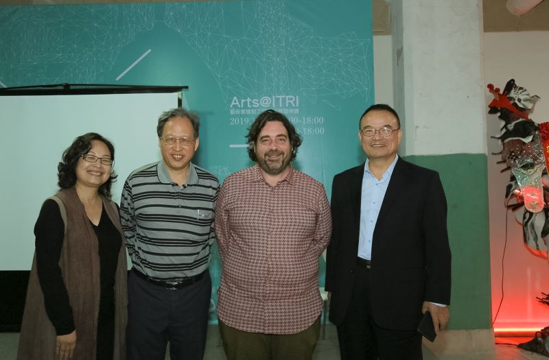 由左至右:計畫主持人施香蘭、教育部主任秘書朱楠賢、法國里昂國家戲劇中心總監馬修.尤瑞斯(Joris Mathieu)、文化部政務次長蕭宗煌合影