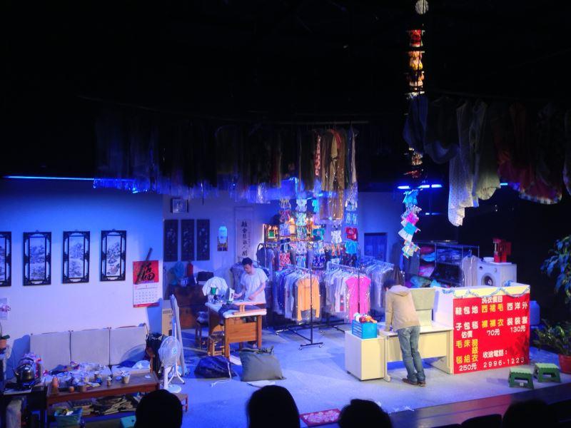 藉由浮動光影和戲服堆疊出來的氛圍,打造「洗衣店有鬼」的劇情。