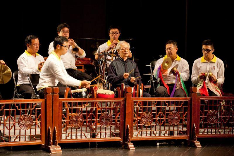 邱火榮藝師(前排中)及結業藝生林永志(後排左,演奏嗩吶者)