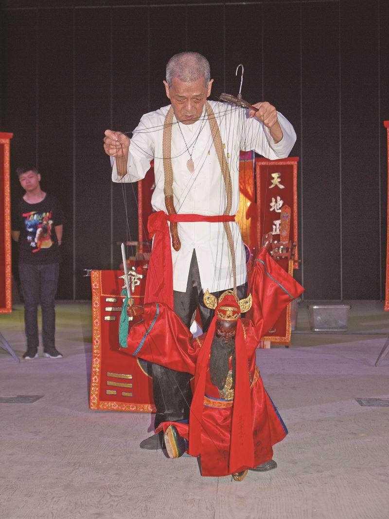 台北景春堂的林金鍊,是少見的「懸絲傀儡跳鍾馗」國寶藝師。