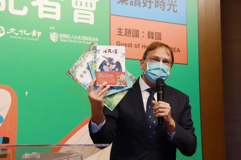 斯洛伐克駐臺代表博塔文(Martin Podstavek)介紹斯洛伐克翻譯成中文的斯洛伐克童書