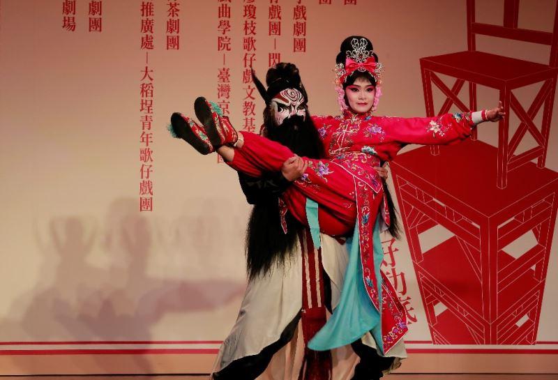 慶美園亂彈劇團新秀:鄭漪珮(右)演出《打桃園》