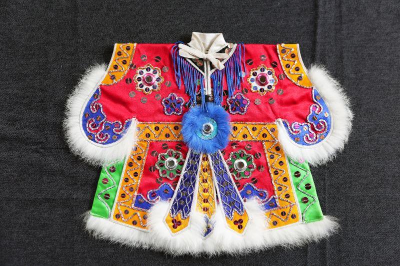 布袋戲戲服往往會隨時代演進而有所不同,臺灣生產戲服者也有設計出成本較低,但仍不失傳統元素的簡化版戲服。