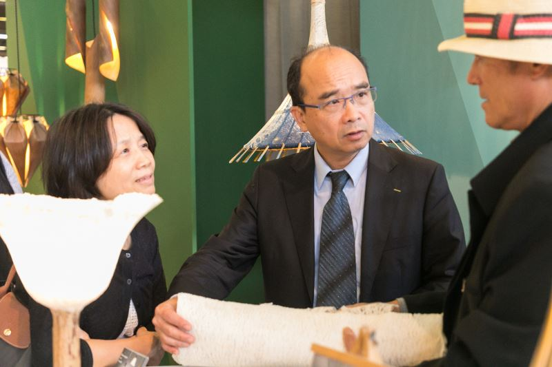 駐法代表處經濟組賴作松組長及巴黎臺灣貿易中心蕭淑禧主任蒞臨現場與廠商交流